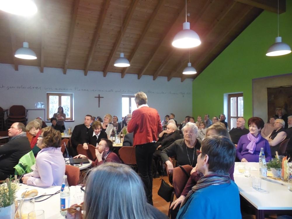 ein voller Gemeindesaal