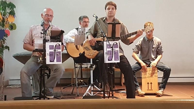 Kirchenband Masifu - das Klavier links bitte dazudenken...