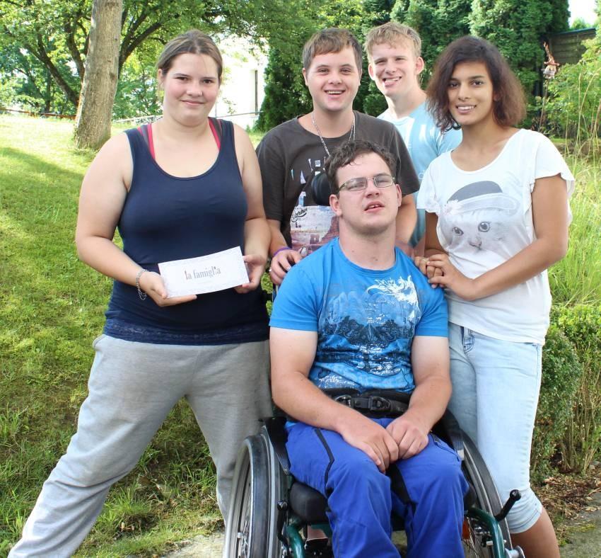 Für ihre Klasse nahmen (von links) Celine Deschl, Martin Huber, Maximilian Gunia, Stefanie Hölzl und Markus Fischer (vorn) den Gutschein entgegen.