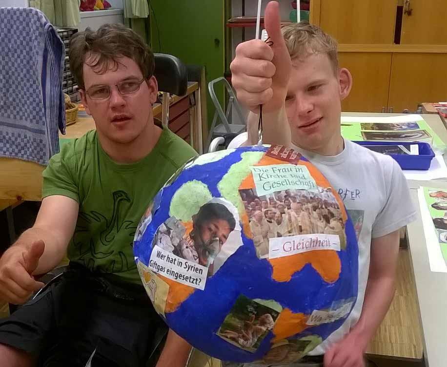 Markus Fischer (links) und Martin Huber zeigen ihren fertigen Beitrag für den Malwettbewerb