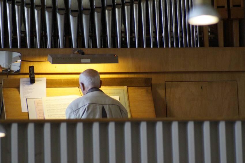 Herr Engel an der Orgel