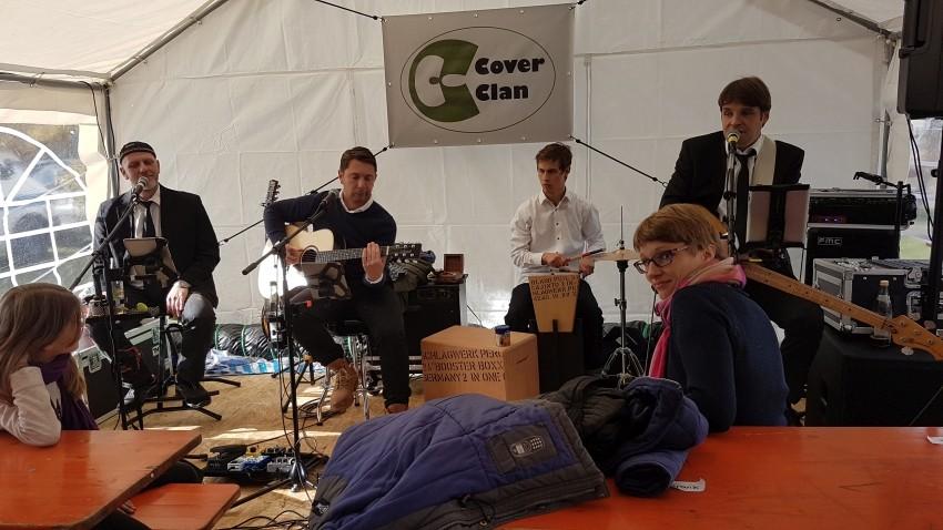 Band Cover Clan im beheizten Zelt der Johanniter