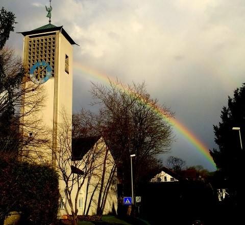 Kirche mit Regenbogen