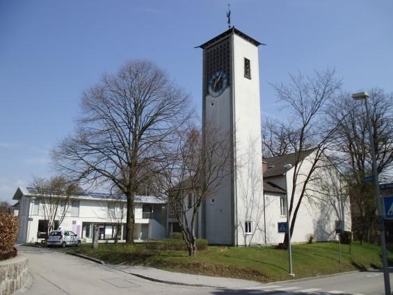 Kirche und Gemeindehaus im Frühling